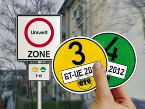 csm_umweltzone_schadstoffplaketten_hand_db4dca5d4a